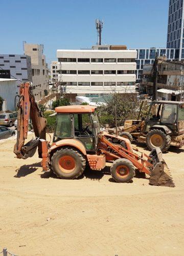הריסת מבנים למטרת הקמת חניון זמני עד לבניית הבניין